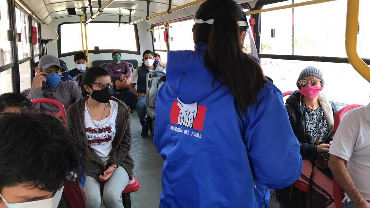 Foto de comisionada al interior de bus supervisando medidas de bioseguridad