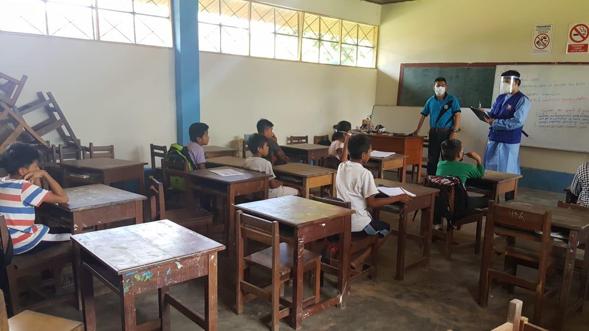Comisionado de la Defensoría del Pueblo con alumnos en un aula