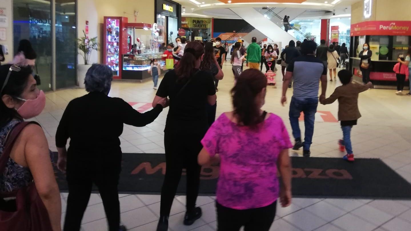 personas ingresando a centro comercial