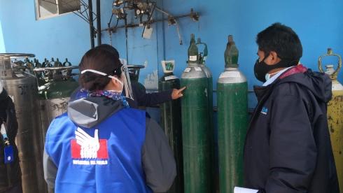 Comisionada de la Defensoría del Perú supervisando balones de oxígeno