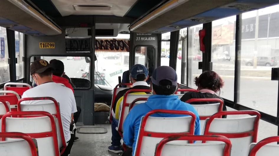 Foto de personas sentadas en interior de bus