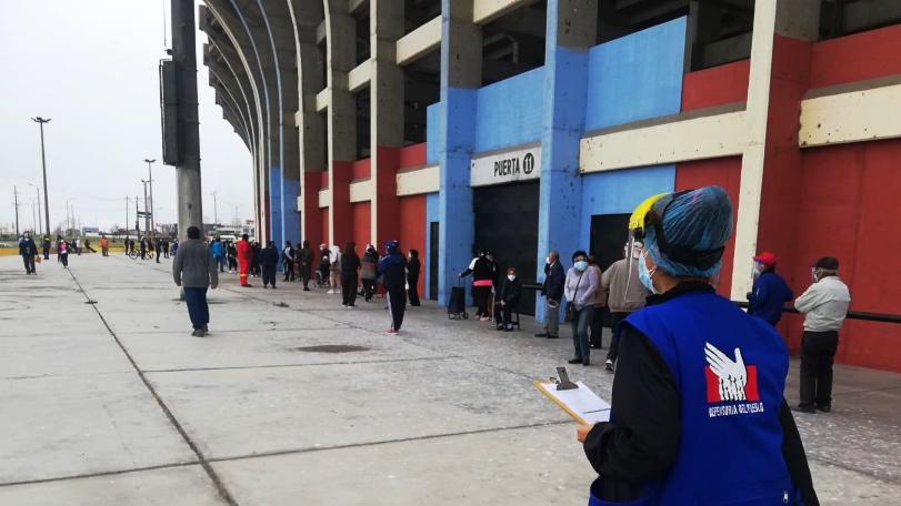 Foto de personas haciendo fila para vacunarse