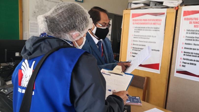 Foto de representante de la Defensoría del Pueblo con personal de salud