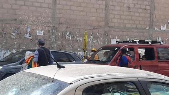 Foto de un niño vendiendo a un conductor de auto