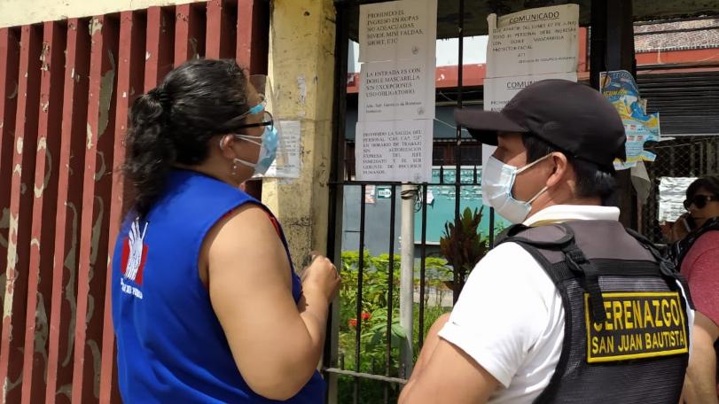 Foto de comisionada de la Defensoría del Pueblo conversa con personal de serenando en fachada de municipio