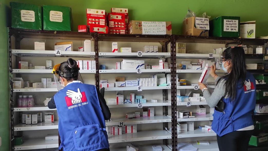 Foto de comisionadas de la Defensoría del Pueblo supervisando almacén de medicinas