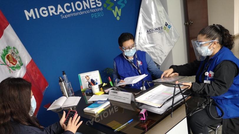 Foto de comisionada en oficina de migraciones