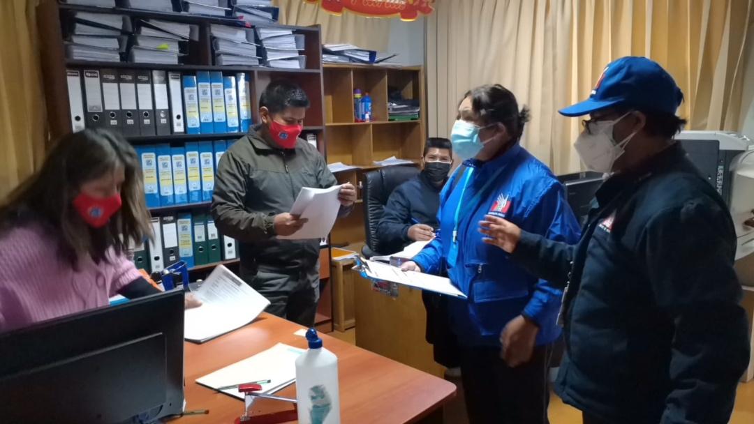 Foto de comisionados defensoriales en oficina del CAR Puno