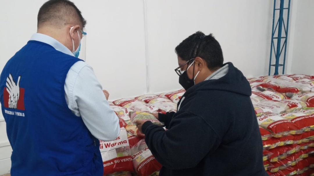 Foto de comisionado defensorial en almacén de Qali Warma