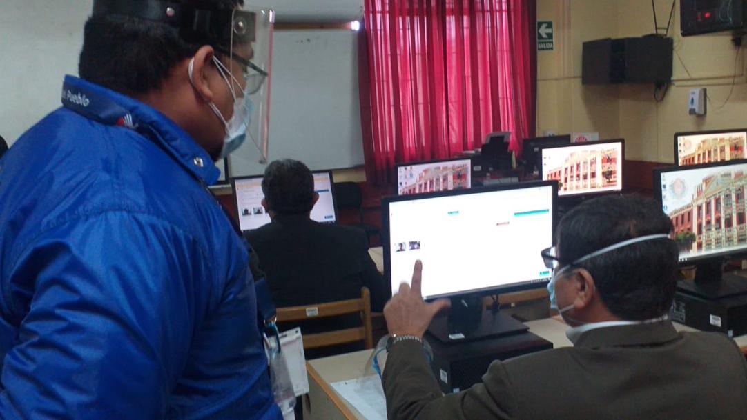 Foto de comisionado en aula con computadoras